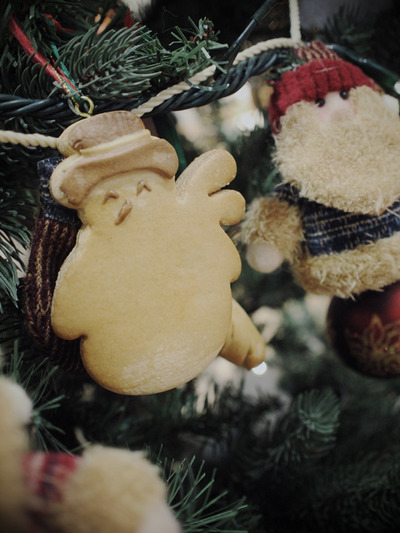 Snowman_hanging_from_tree001