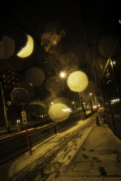 Snow_falls_in_the_city010w_2