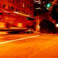 夜の街を走るケーブカー